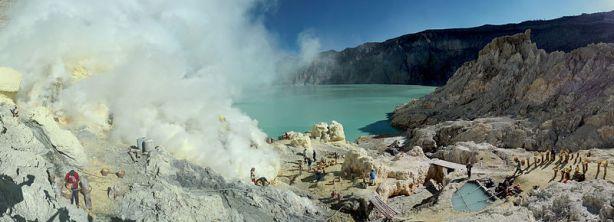 800px-Sulfur_mining_in_Kawah_Ijen_-_Indonesia_-_20110608
