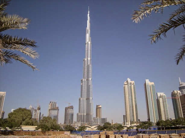 Skyline_of_Dubai,_with_the_Burj_Khalifa_dominating
