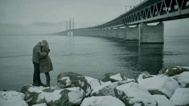 Els dos protagonistes abraçats davant del omnipresent pont en un dels dies més assolellats  de Suècia.