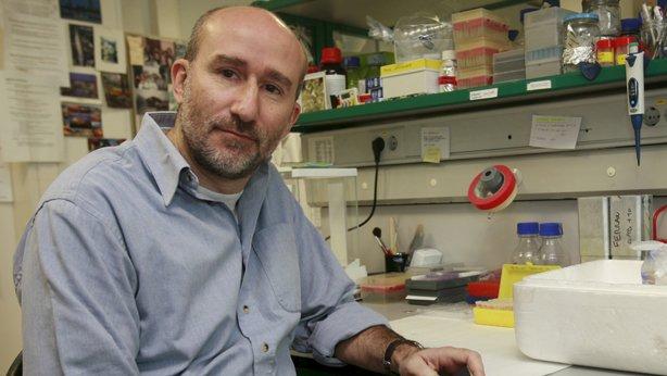 Aquest es en Dani, i per donar versemblança de fons hi ha un munt de trastos científics.