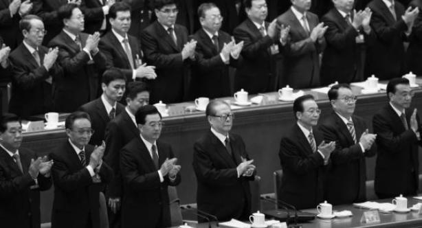 Simplement xinesos aplaudint. Ho he posat en blanc i negre perquè fa més efecte de esdeveniment històric.