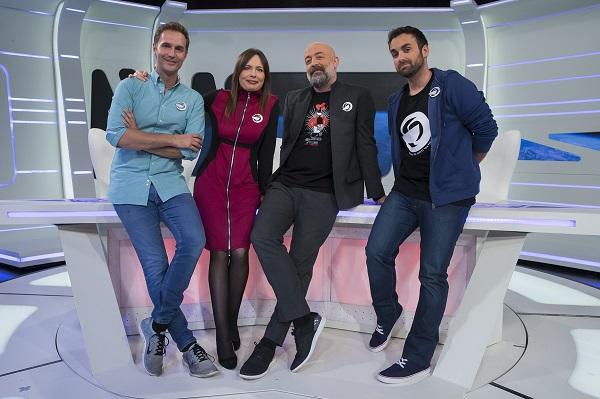 El presentador i els tres col·laboradors habituals i de fons el plató / nau espacial